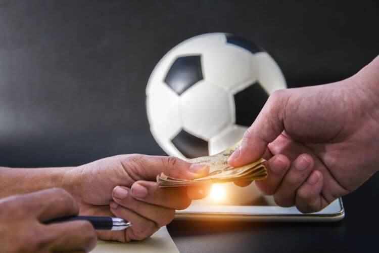 đưa tiền cá cược bóng đá
